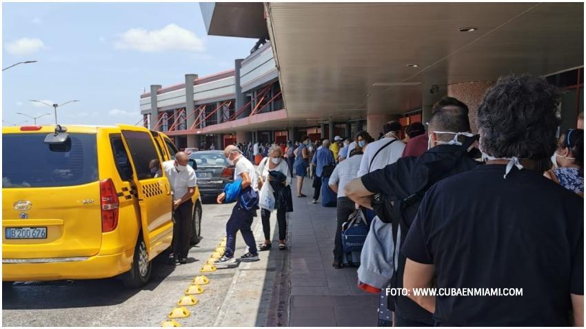 """Turista español que retornó a Madrid se queja de haber estado """"49 días arrestado"""" en Cuba por la pandemia"""