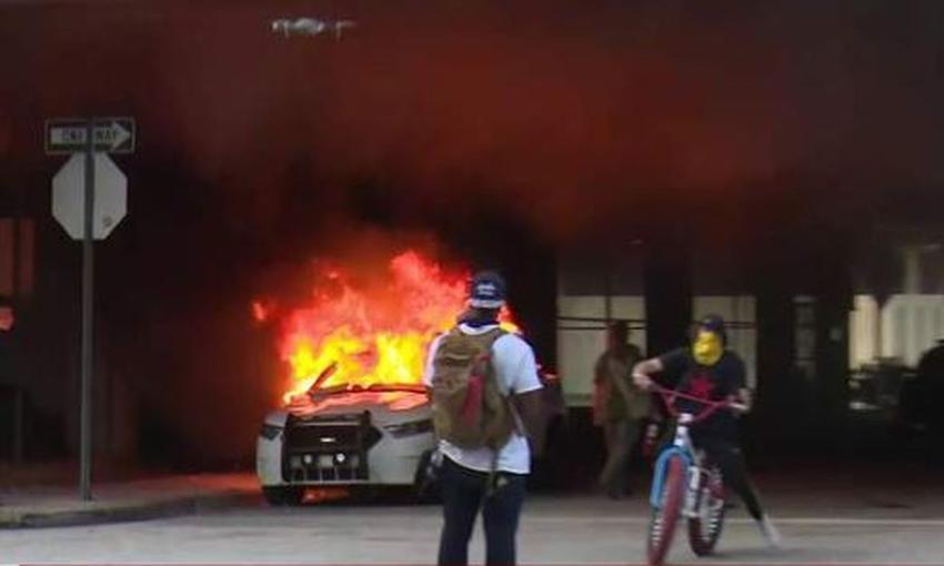 Protestas en Miami se tornan violentas: Incendian autos de la policía