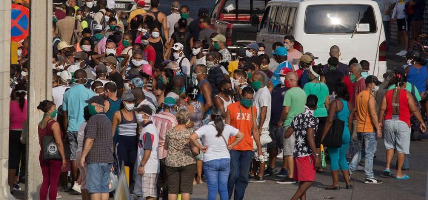 Cola en el Mercado de Cuatro Caminos en La Habana, el retrato del retorno al Período Especial en Cuba en medio de la pandemia