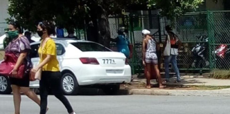 Opositor cubano con una carta de advertencia tras dos horas en un calabozo, por hacer foto de una cola en La Habana