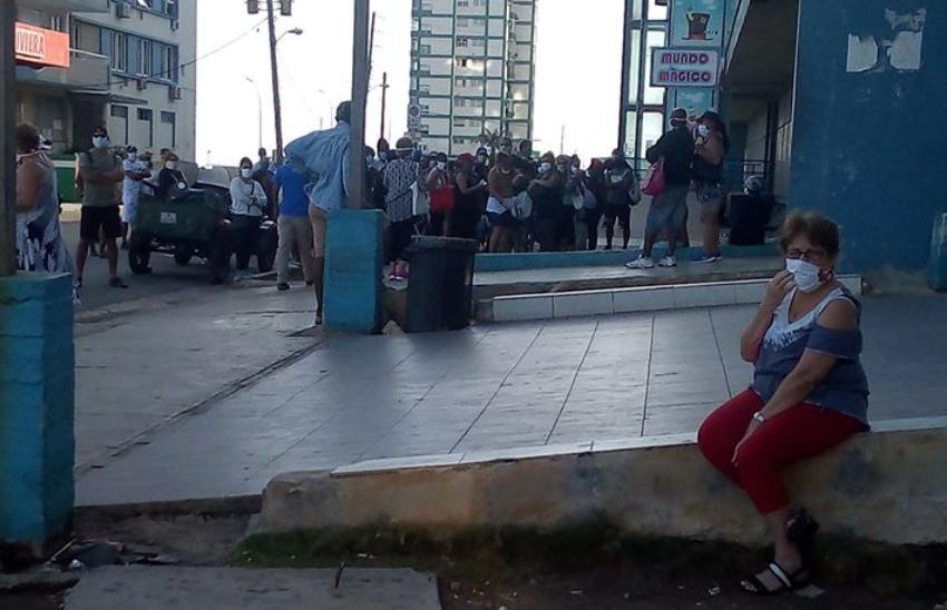 Las colas continúan en La Habana, pese a que Cuba reportara el sábado la mayor cifra de pacientes de Covid-19 hasta la fecha