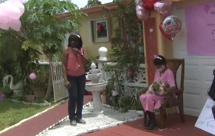 Con un desfile celebran el cumpleaños 100 de una anciana en el sur de la Florida