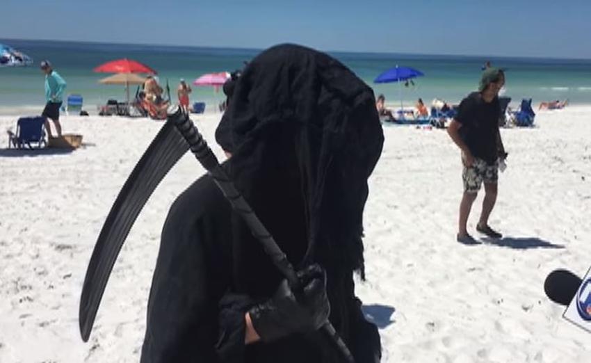 Abogado cumple su promesa y se viste como la muerte para recorrer las playas que están abiertas en señal de protesta