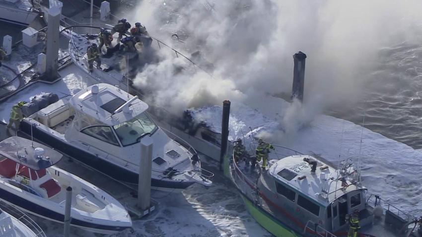 Un bote se incendia en la marina de Crandon Park en Key Biscayne
