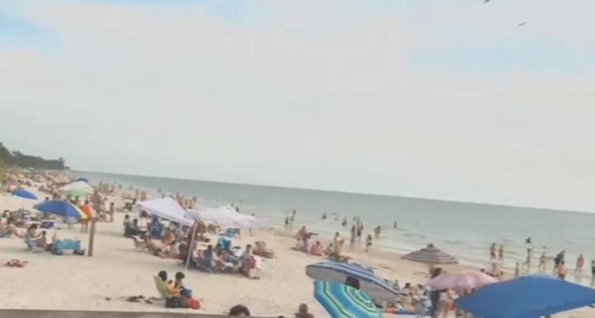 Residentes de Miami-Dade y Broward viajan hasta Naples para visitar la playa pero la ciudad decide cerrarlas hasta nuevo aviso