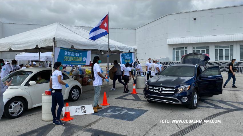 Cubanos en Miami acuden a entregar donaciones para enviar ayuda humanitaria a Cuba
