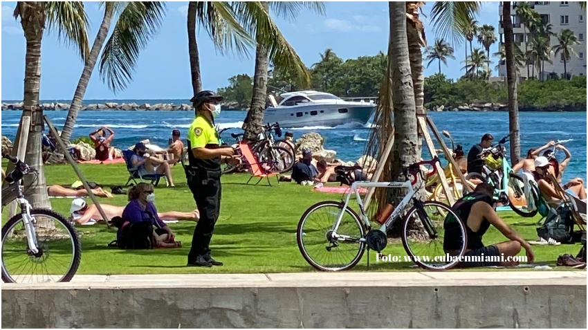 Policía de Miami Beach pondrá multas de hasta 50 dólares a los que se nieguen a usar la máscara durante Thanksgiving y el fin de semana