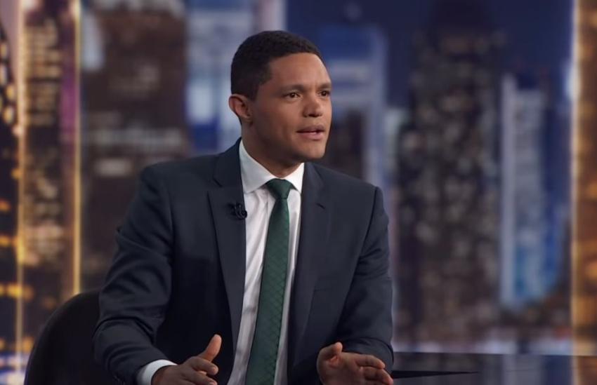 Trevor Noah presentador de The Daily Show le está pagando de su bolsillo el salario a los empleados del programa que fueron cesados debido al distanciamiento social