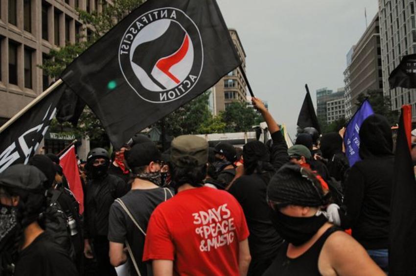 Administración Trump declarará terrorista a grupo de extrema izquierda que promueve violencia en las protestas en EEUU