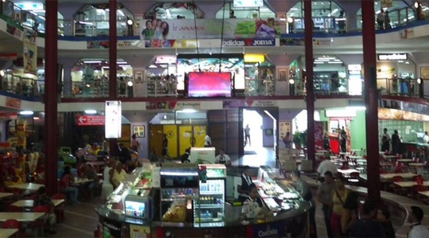 La Plaza Carlos III reabre sus puertas pero todos sus comercios venderán los productos en dólares