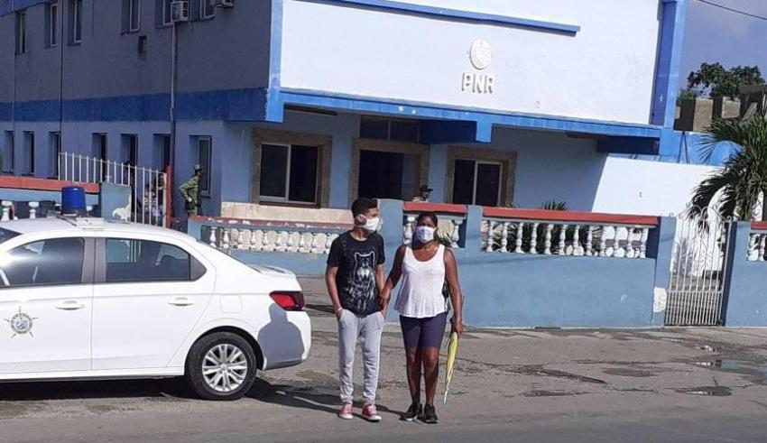 Madre opositora denuncia abuso policial contra su hijo de 16 años, en La Habana