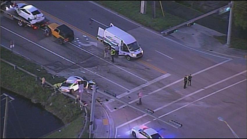Conductor se lleva una roja en el Doral y provoca aparatoso accidente que deja una persona muerta