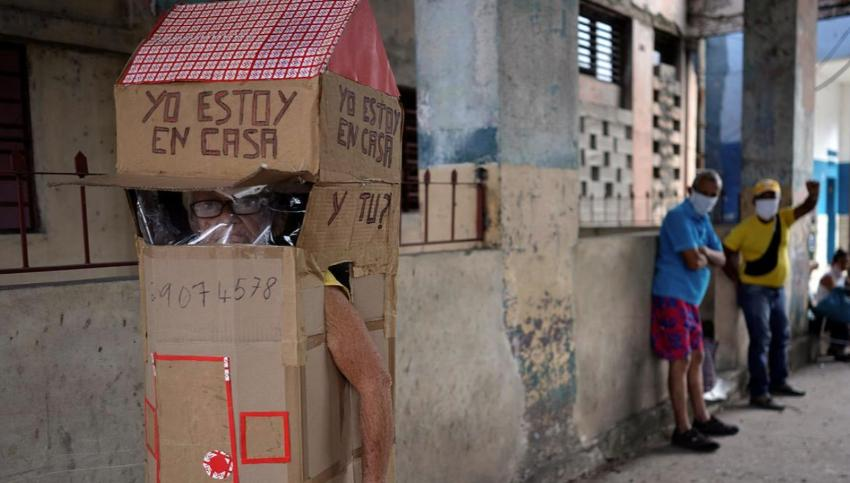 Así se protege una abuela cubana del Covid-19, con una casita de cartón