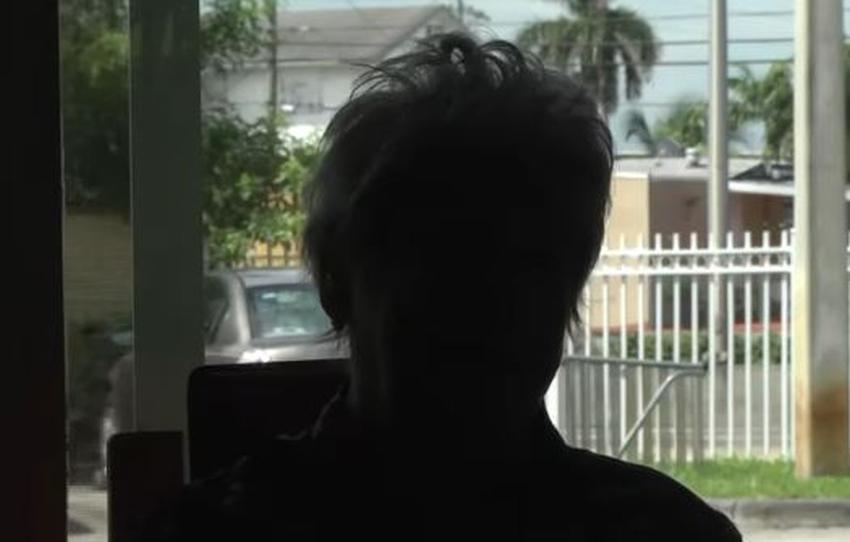 Una anciana cubana es estafada por un hombre y una mujer afuera de un mercado en Hialeah