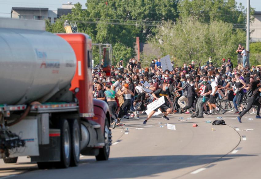 Chofer de un camión cisterna termina arrestado por acelerar contra los manifestantes en Minneapolis
