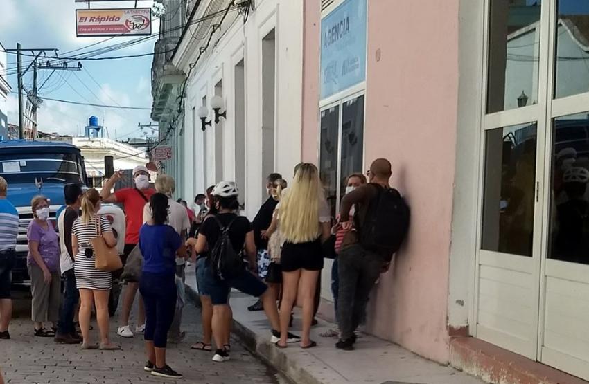 Cubanos captados haciendo cola para reservar hoteles en una oficina de Islazul en Villa Clara