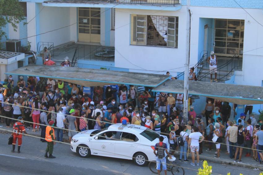 Cubanos hacen cola toda la noche para comprar pollo en La Habana