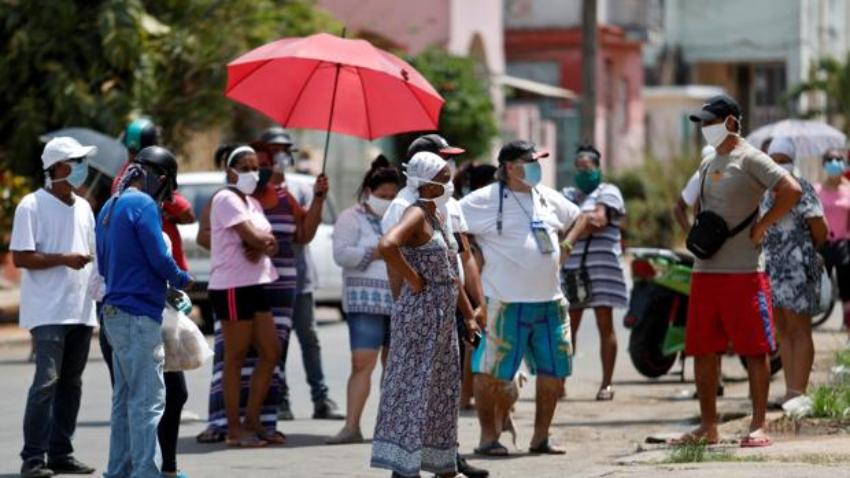 """En medio de la crisis alimentaria, el Gobierno cubano dice intentará dar """"un poquito más de arroz a la población"""""""