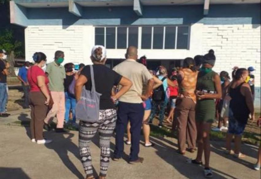 Hacen colas en La Habana para conseguir alimentos, y sin respetar la distancia social