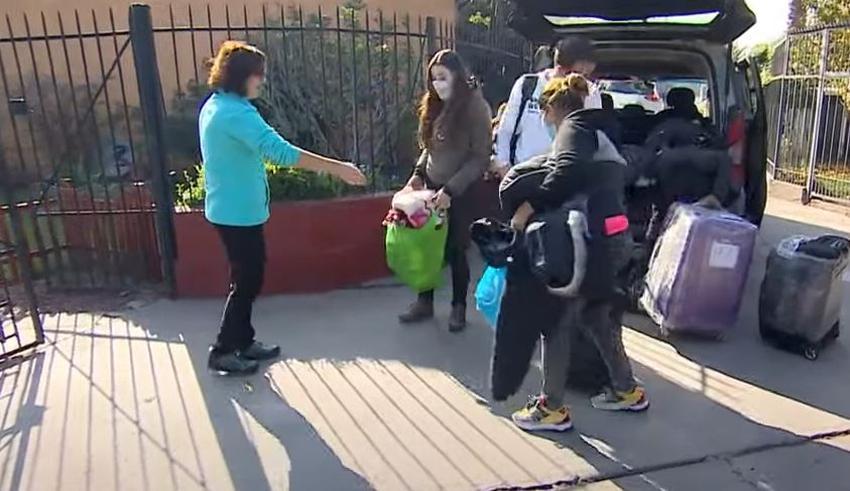 Una familia chilena acoge a matrimonio cubano que dormía en Aeropuerto de Santiago de Chile sin poder regresar a Cuba