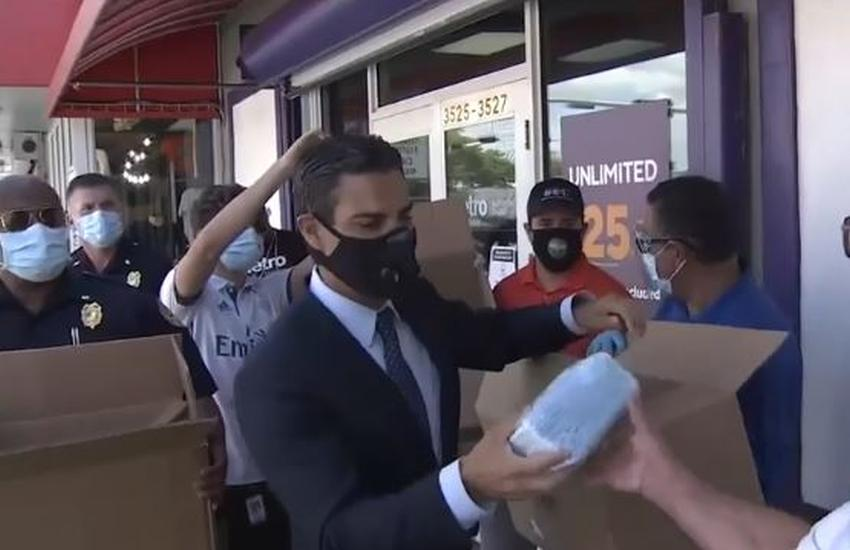 Alcalde de Miami Francis Suárez distribuye máscaras en uno de los barrios más afectados por el coronavirus