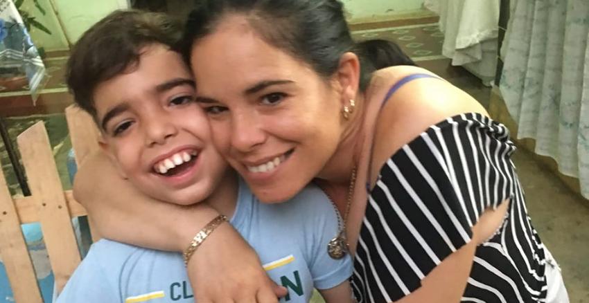 Madre cubana desesperada pide ayuda para conseguir una visa humanitaria para su hijo