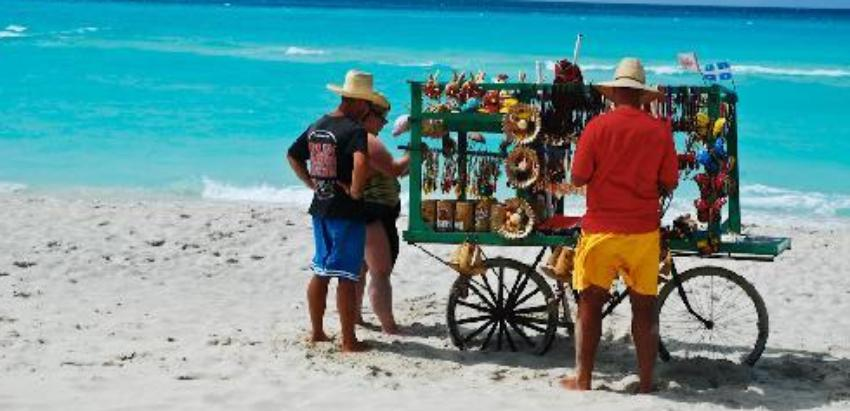 Trabajadores del sector privado en Cienfuegos no podrán ofrecer sus servicios en las playas de la provincia este verano