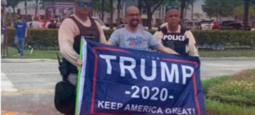 Oficiales de la Policía de Miami-Dade habrían violado normas al posar junto a manifestante con letrero en apoyo a Trump
