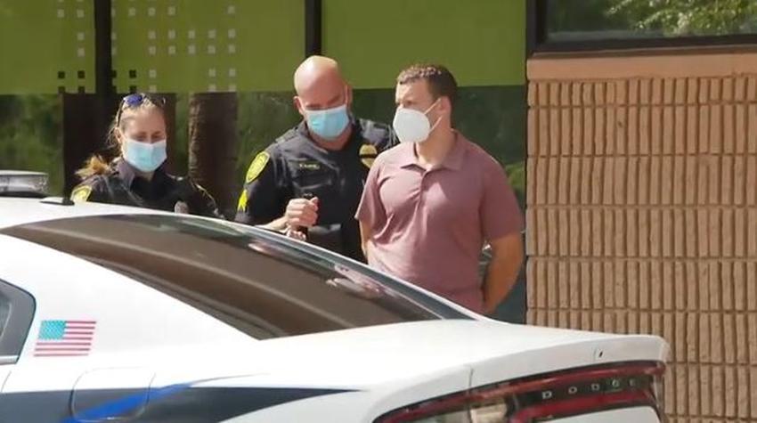 Cierran gimnasio en Broward y se llevan al dueño esposado por no requerir el uso de máscaras faciales a sus clientes
