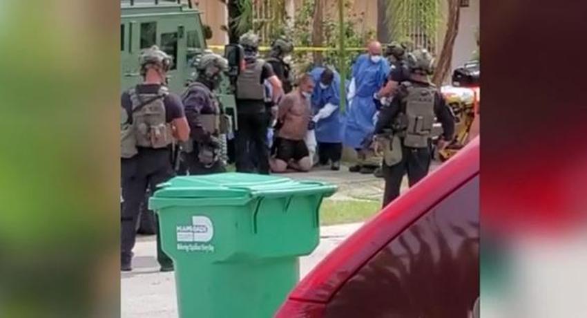Hombre se atrinchera armado con su madre en una casa incendiada del suroeste de Miami Dade