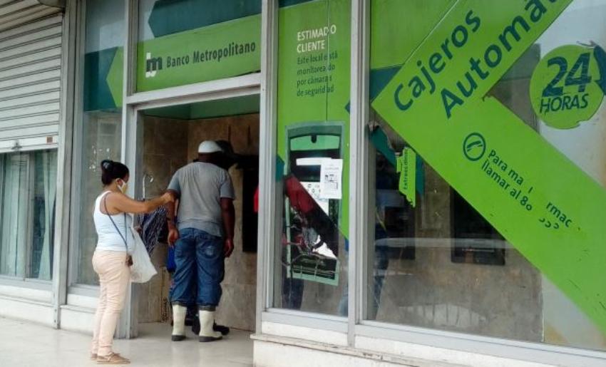 Cubana se queja en las redes por no poder sacar dinero de su tarjeta en ningún cajero de La Habana