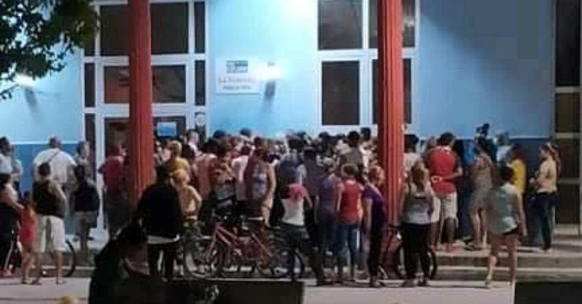 Cola a medianoche en un establecimiento en Manzanillo, Granma, para comprar ventiladores