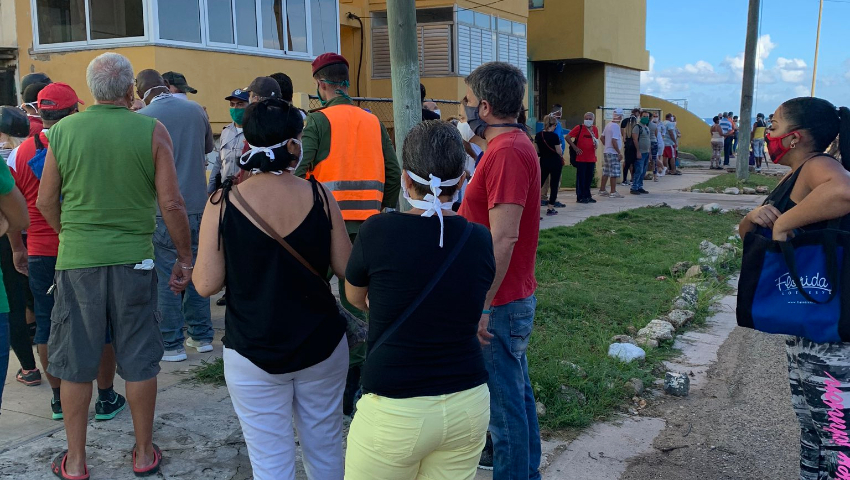 Colas afuera de las nuevas tiendas en dólares en La Habana
