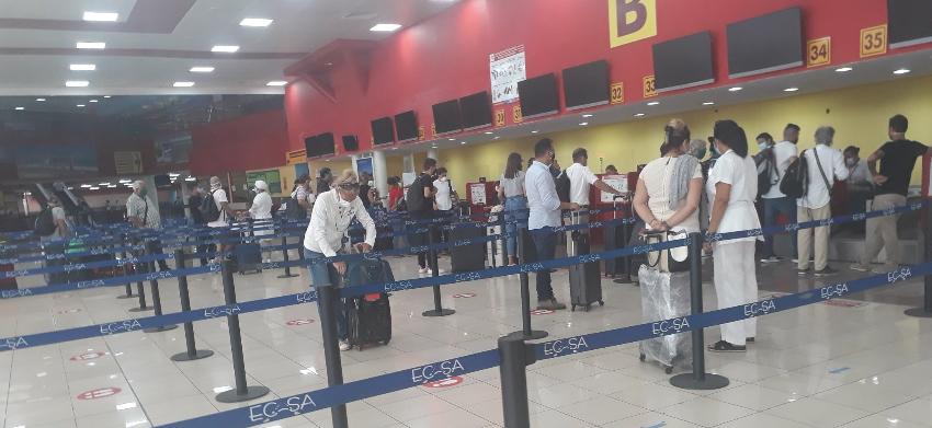 Cubanos y extranjeros que residen en la Isla tienen que solicitar un permiso al MININT para poder retornar a España