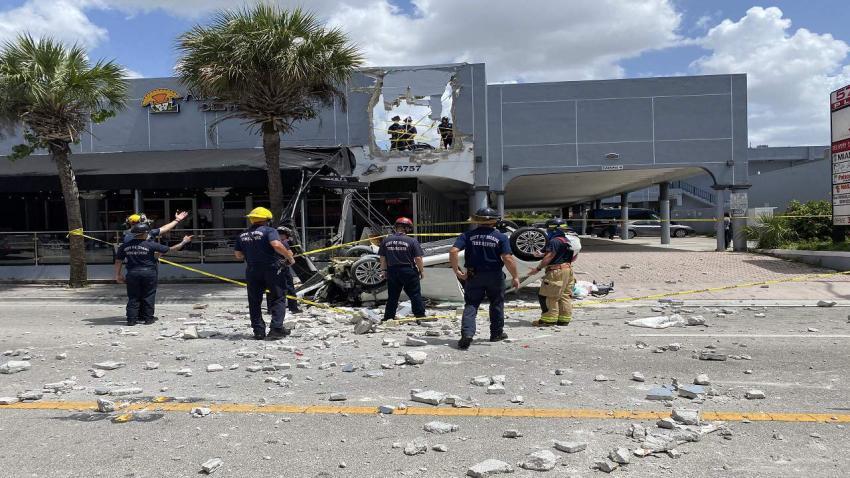 Mercedes Benz cae desde un segundo piso de un edificio de Miami rompiendo la pared del parqueo