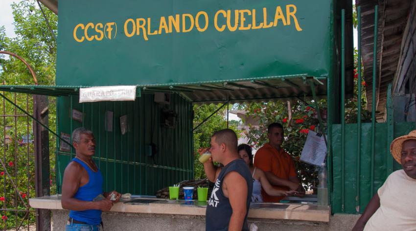 """El guarapo un """"jugo con poderes"""", según la prensa estatal cubana"""