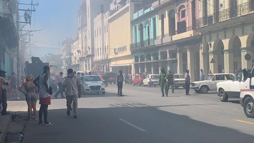 Incendio en un edificio en La Habana en la esquina de Infanta y Neptuno
