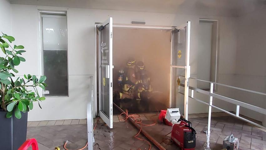 Evacuan un centro de salud de Leon Medical Center en la Pequeña Habana por un incendio en un baño
