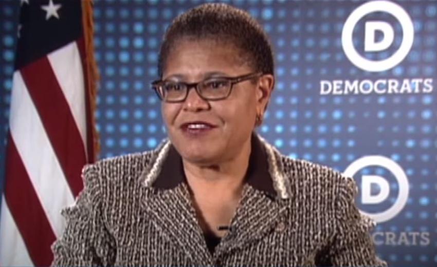 Posible candidata a vicepresidente por partido demócrata que llamó a Castro Comandante en Jefe dice a los cubanos que ella no es comunista