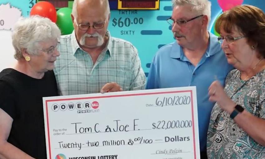 Un hombre se gana 22 millones en la lotería y da la mitad a un amigo cumpliendo una promesa que le hizo en el 1992