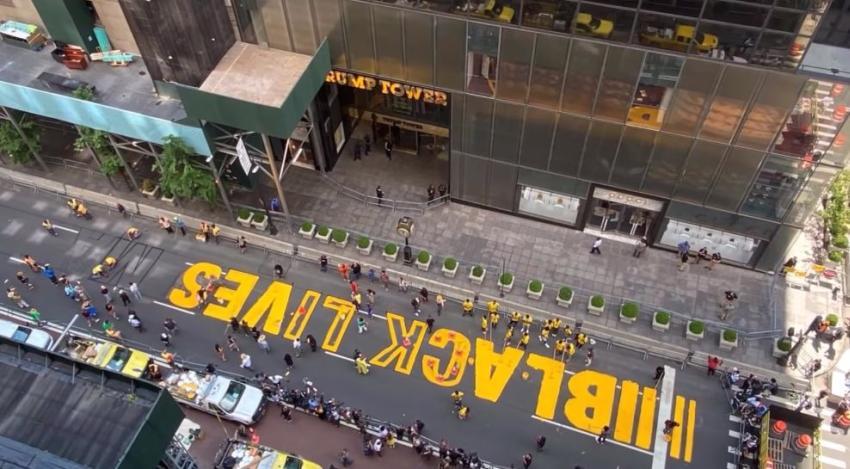 Pintan inmenso mural de Black Live Matters enfrente del Trump Tower en Nueva York con la ayuda del alcalde  Bill de Blasio