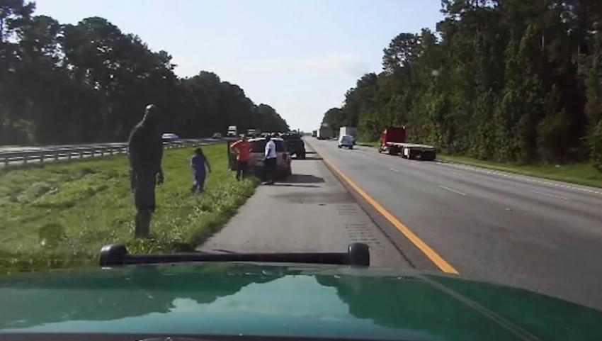 Estrella de la NBA, Shaquille O'Neal, se detiene en la I-75 en Florida para ayudar a conductora en apuros