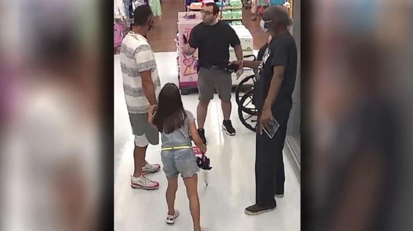 Un hombre sin máscara dentro de un Walmart en Florida saca una pistola tras una disputa con otro cliente por el uso de la mascarilla