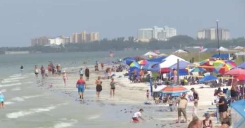 Llenas de personas las playas de Fort Myers durante el feriado del 4 de julio