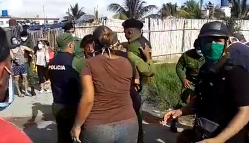 Policía en Cuba sacan a un joven a la fuerza una cola por hablar con otra persona