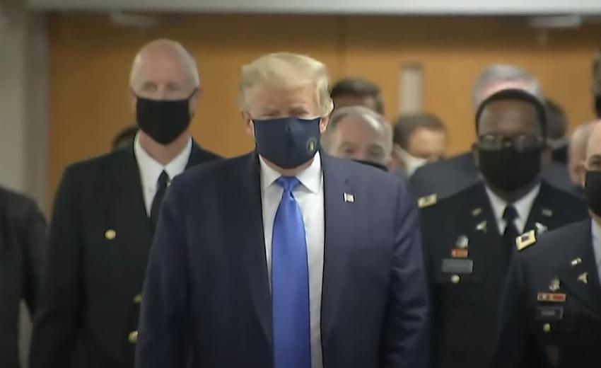 Presidente Trump usa máscara por primera vez en público