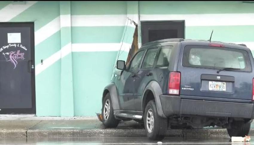 Vehículo choca contra un negocio en Miami; dos personas son hospitalizadas