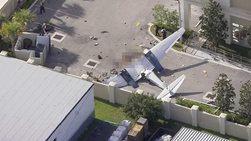 Al menos 1 muerto tras desplomarse un avión en un parqueo en el Sur de la Florida