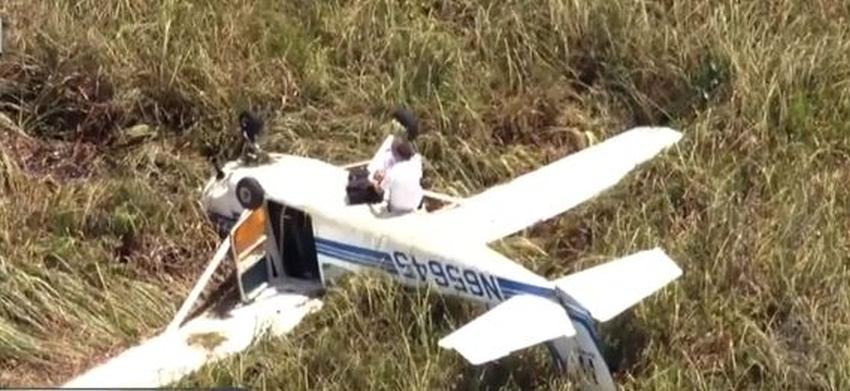 Avioneta aterriza de emergencia boca abajo en los Everglades del sur de la Florida