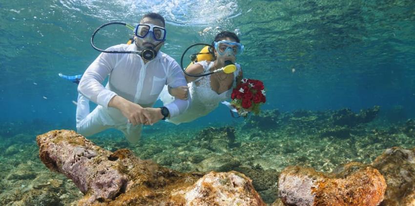 Una pareja de cubanos sorprende con hermosa boda submarina en Playa Coral, Varadero